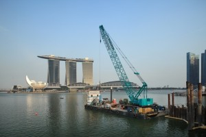 7250S working on the barge in Singapore : I LOVE KOBELCO : Kobelco