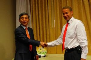 写真② 塚本社長とテロック会長